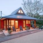 บ้านคอทเทจขนาดเล็กกะทัดรัด สีสันโดดเด่น พร้อมตกแต่งภายในครบครัน