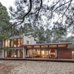 บ้านร่วมสมัยกลางป่า โดดเด่นที่หลังคาแบบโค้ง ลงตัวกับบรรยากาศป่าไม้โดยรอบ