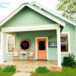 บ้านไม้คอทเทจขนาดกระทัดรัด ความสดใสน่ารักสำหรับครอบครัวเล็กๆ