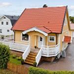 บ้านคอทเทจสีครีม กับระเบียงบ้านแสนสวยและสนามเด็กเล่น