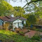 บ้านคอทเทจสีขาวหลังเล็กๆ ความอบอุ่นที่ซ่อนอยู่ท่ามกลางป่าใหญ่