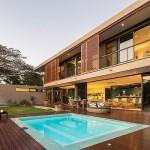 บ้านสไตล์โมเดิร์นชานเมืองสุดหรู พร้อมออกแบบสระว่ายน้ำในตัว