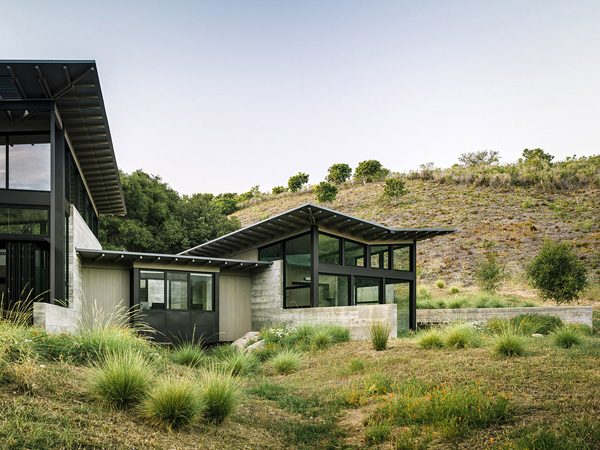 modern-butterfly-house-on-hill (7)