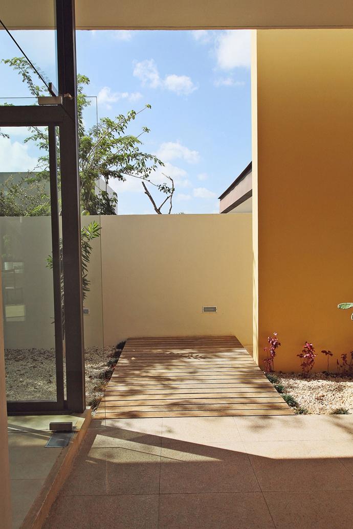 plain-elegant-modern-house-for-family (14)