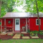บ้านกระท่อมไม้สีแดงกลางป่า สัมผัสบรรยากาศธรรมชาติและความคลาสสิคดั้งเดิมที่ภายใน