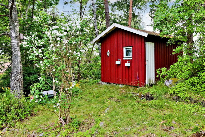 red-summer-style-cottage-in-wood (12)
