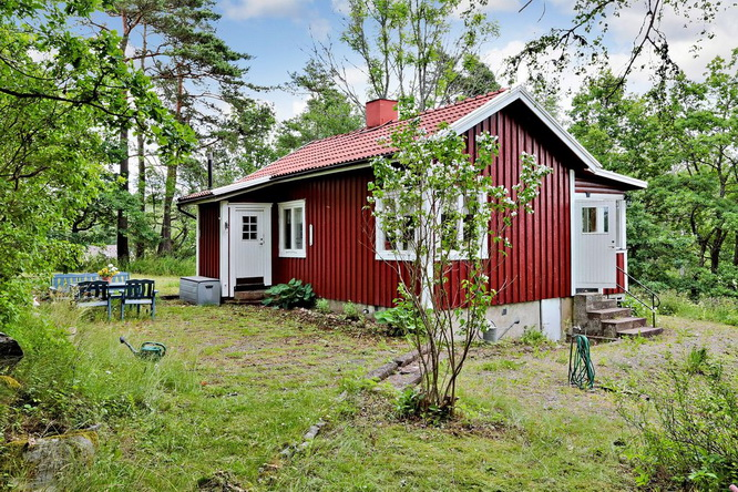 red-summer-style-cottage-in-wood (13)