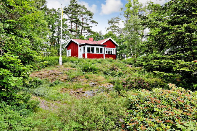 red-summer-style-cottage-in-wood (14)