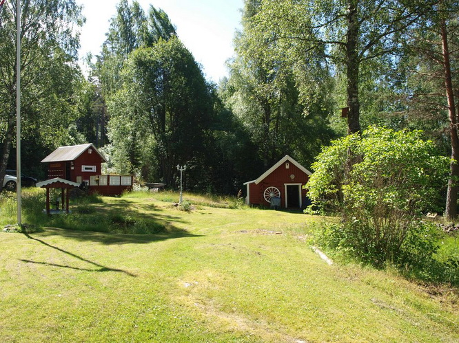 red-wooden-cottage-in-wood (11)