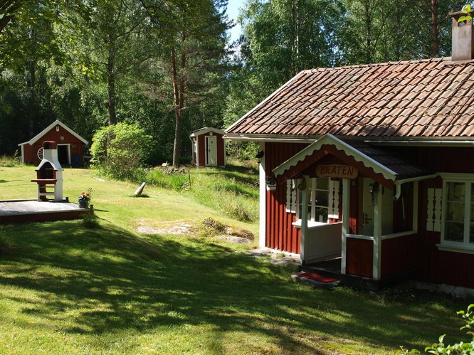red-wooden-cottage-in-wood (2)