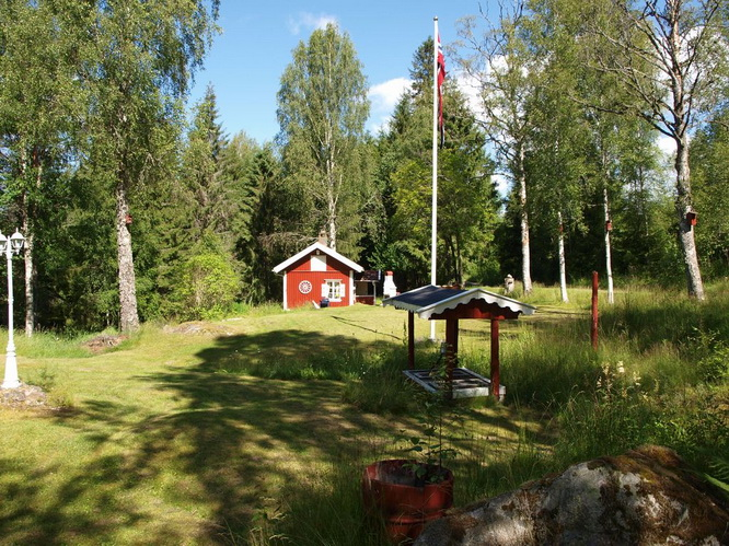 red-wooden-cottage-in-wood (3)