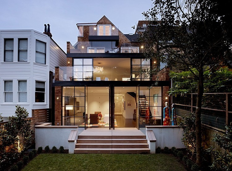 renovated-modern-glass-house-in-city (1)