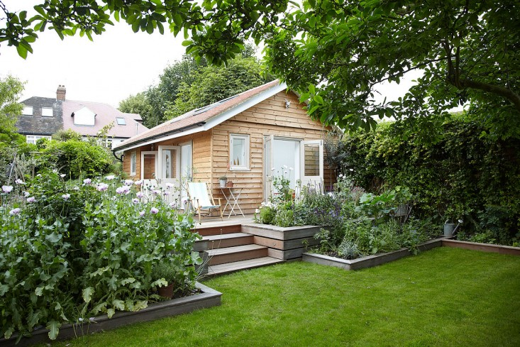 small-wooden-cottage-with-white-interior (1)