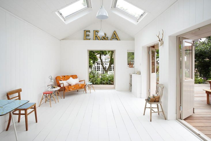 small-wooden-cottage-with-white-interior (4)