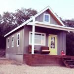 บ้านไม้คอทเทจกลางป่าขนาดกระทัดรัด  เสริมด้วยชานบ้านไม้เล็กๆที่ดูอบอุ่น