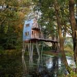 บ้านต้นไม้โมเดิร์นทรงหอคอย ตั้งอยู่กลางสระน้ำในป่าใหญ่