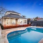 แบบบ้านสไตล์ดั้งเดิมโทนสีขาวเรียบ พร้อมภายในครบครันและสระว่ายน้ำสุดหรูในตัว