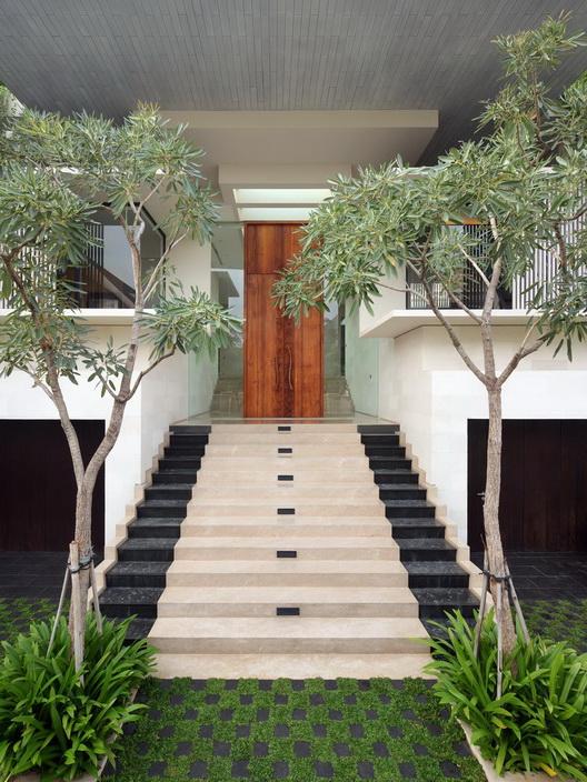 white-elegant-modern-house (6)_resize