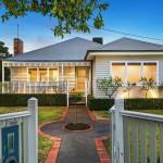 แบบบ้านสไตล์คลาสสิคชั้นเดียว มาพร้อมกับการจัดสวนที่จะสะกดให้คุณหลงใหลในตัวบ้านเรียบๆ