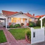 แบบบ้านไม้โทนสีขาวขนาดชั้นครึ่ง ความสมบูรณ์แบบของชีวิตครอบครัว