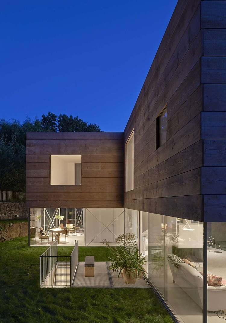 wooden-and-glass-modern-house (8)