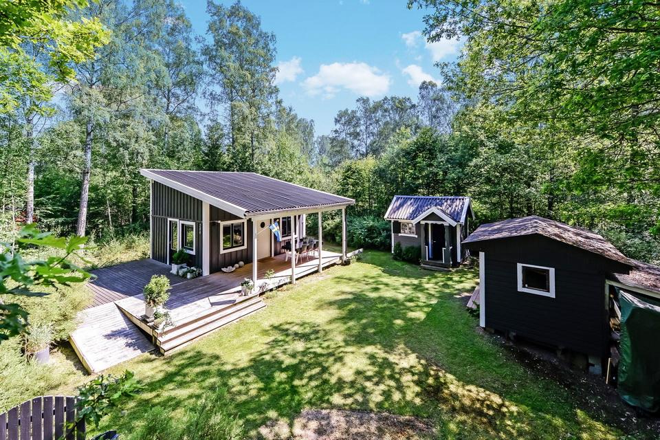 black cabin loft house (3)