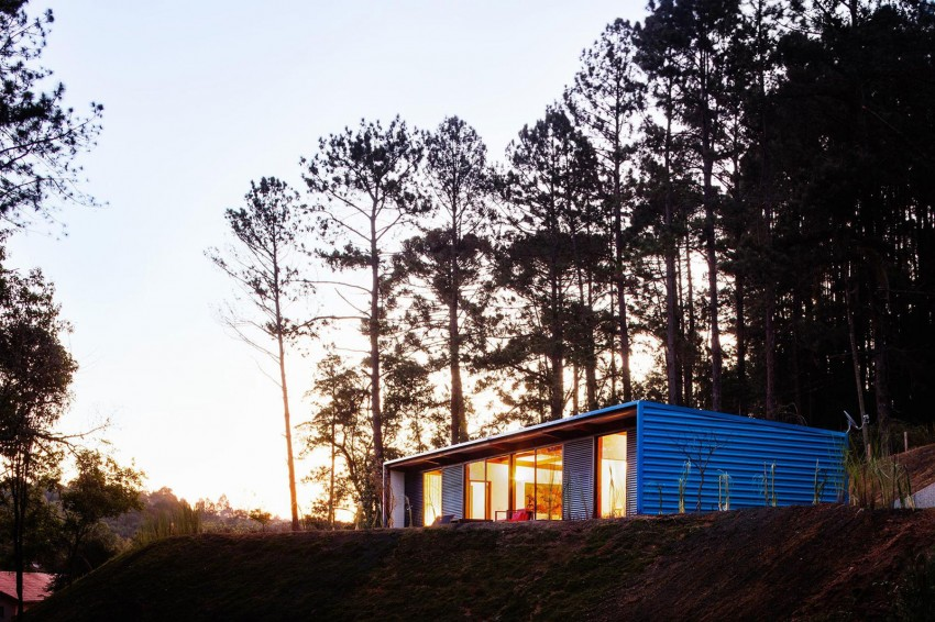 blue-modern-retreat-in-peaceful-forest (17)