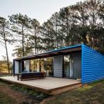 บ้านพักผ่อนสไตล์โมเดิร์นสีน้ำเงิน โดนเด่น ตั้งตระหง่านท่ามกลางป่าไม้เงียบสงบ