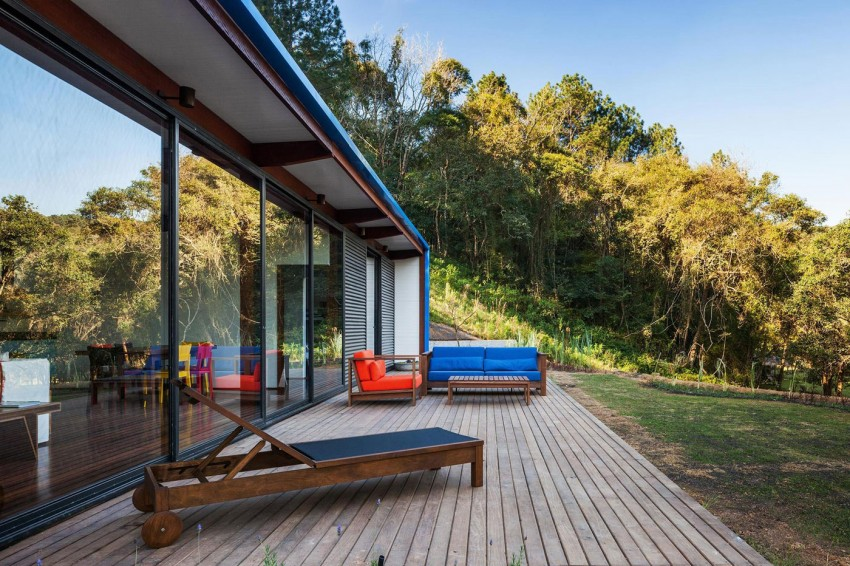 blue-modern-retreat-in-peaceful-forest (7)