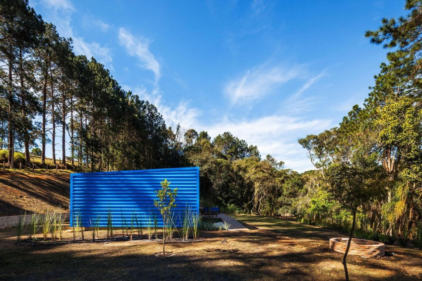 blue-modern-retreat-in-peaceful-forest (9)