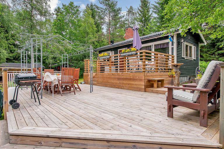 cabin house with large patio deck (2)