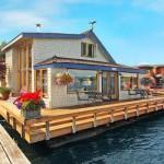 บ้านลอยน้ำสไตล์คลาสสิค สัมผัสบรรยากาศโรแมนติกใกล้ชิดทะเลสาบ