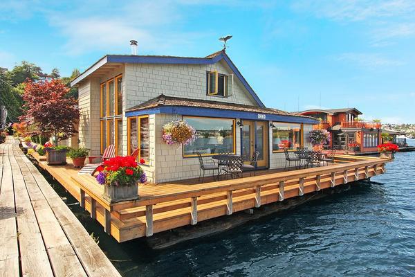 charming-classic-houseboat (1)