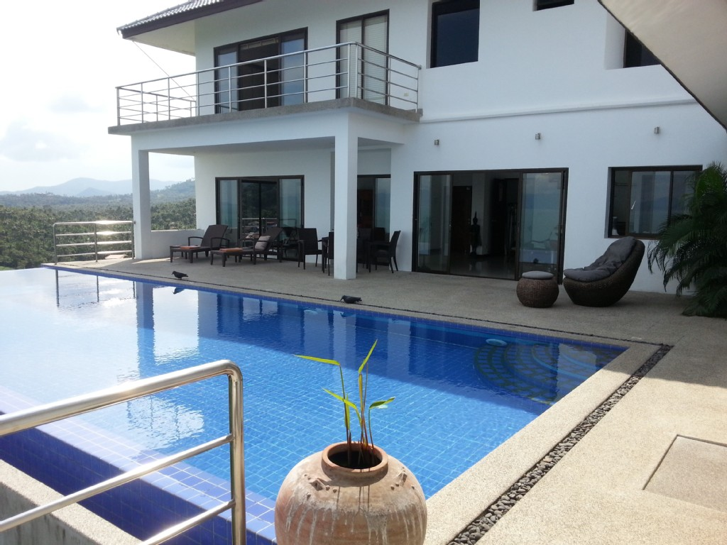 contemporary villa with swimming pool (17)