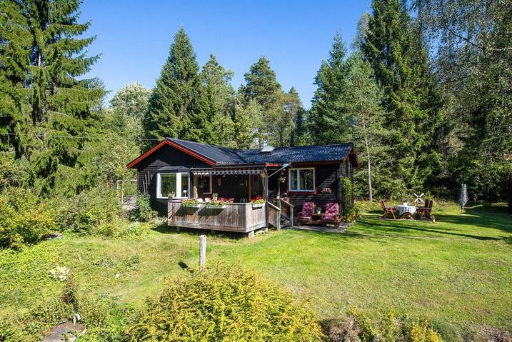 cozy-black-cottage (12)