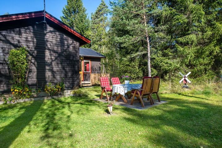 cozy-black-cottage (20)