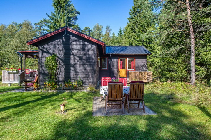 cozy-black-cottage (21)