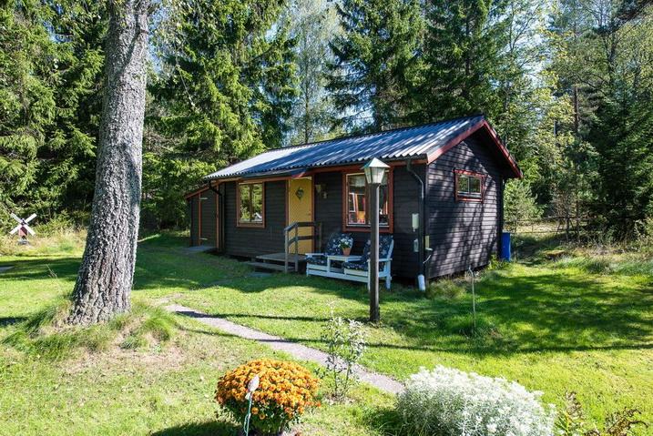 cozy-black-cottage (22)