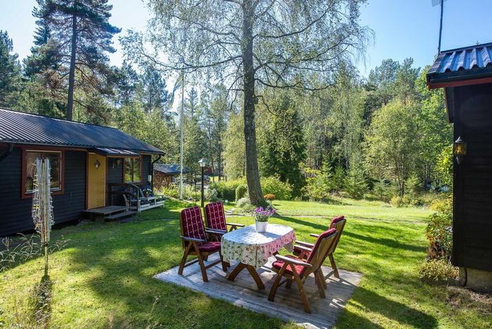 cozy-black-cottage (24)