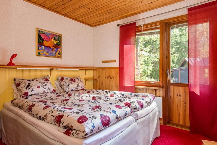 cozy-black-cottage (5)