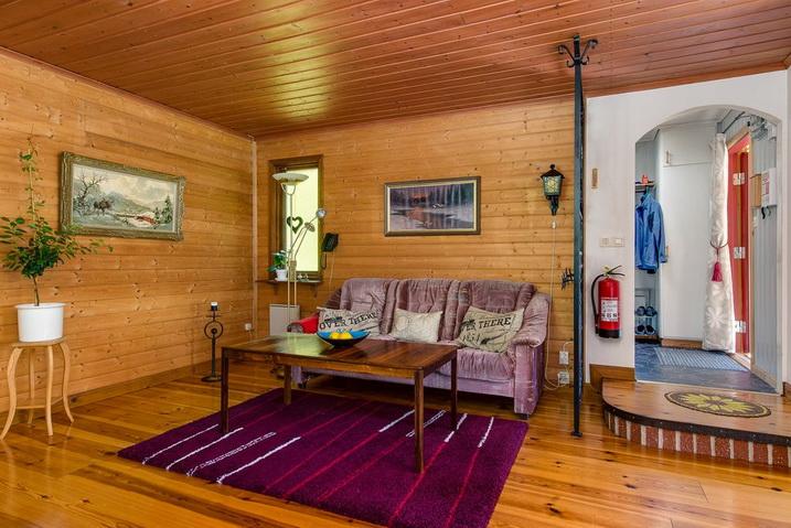 cozy-black-cottage (6)