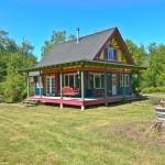บ้านครอบครัวสีสันสดใสสะดุดตา เน้นความสว่างไสวที่ภายใน ด้วยแนวคิดแบบร่วมสมัย