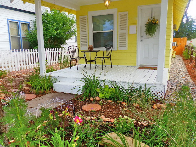 cozy yellow cottage with classical interior (14)