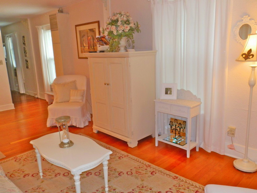 cozy yellow cottage with classical interior (5)