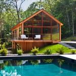 บ้านไม้แนวรีสอร์ท เสริมบรรยากาศด้วยผนังแบบกระจก พร้อมสระว่ายน้ำในตัว