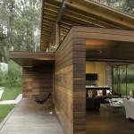 บ้านคันทรีสไตล์โมเดิร์น ดูแข็งแรงทรงพลังไปกับงานไม้สวยๆ