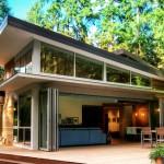 บ้านสไตล์โมเดิร์นกลางธรรมชาติ กับเทคโนโลยีประตูบานพับแบบเปิดโล่งพิเศษ