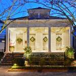 บ้านสไตล์คลาสสิคกลางเมือง โทนสีเรียบๆ รูปทรงดั้งเดิม กับระเบียงบ้านแสนสวย