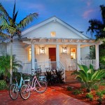 บ้านคอทเทจหลังสีขาว หลังคาทรงหน้าจั่วง่ายๆ พร้อมบรรยากาศร่มรื่นแสนสบาย