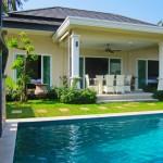 บ้านแนวร่วมสมัยหลังสีขาว ตกแต่งอย่างเรียบหรู พร้อมสนามหญ้าและสระว่ายน้ำ